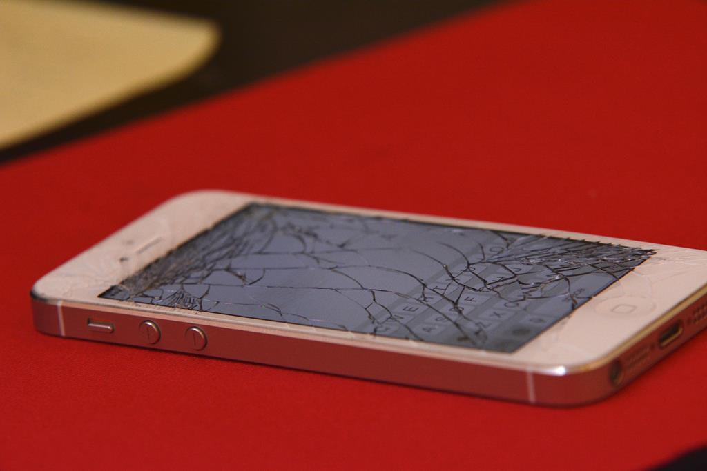 celular com a tela quebrada