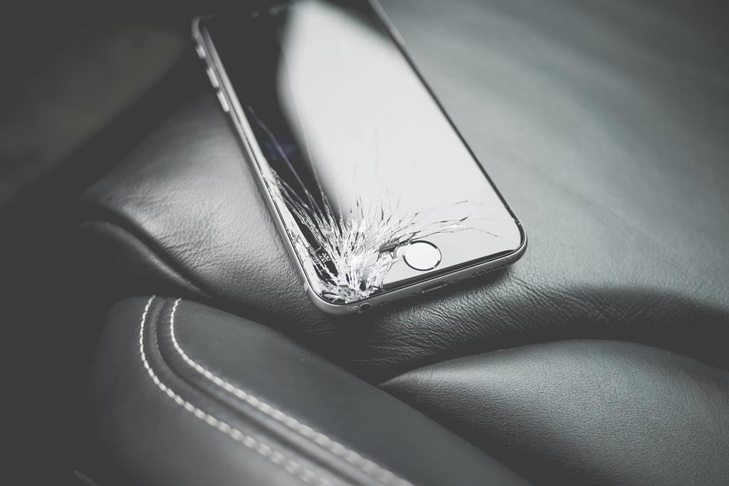 deixar o celular na bolsa pode fazer com que ele acabe se chocando com itens pesados que você também carrega