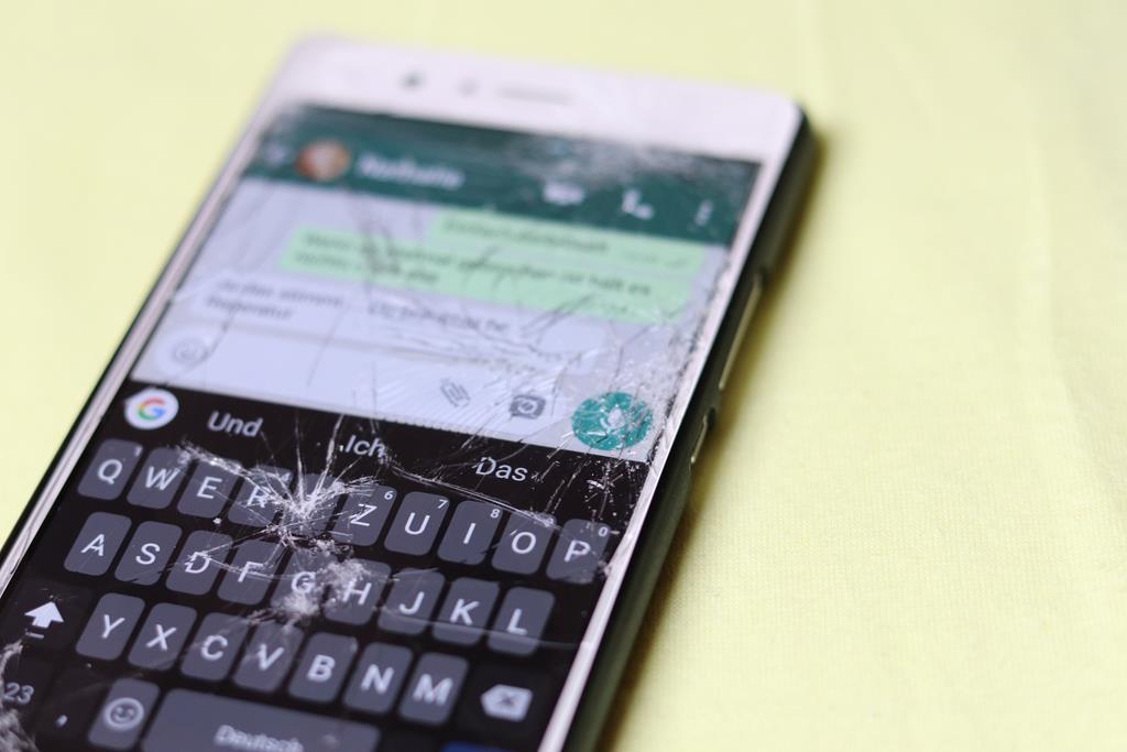 sempre que seu celular estiver a tela rachada, a recomendação é levar para o conserto para evitar que o problema piore