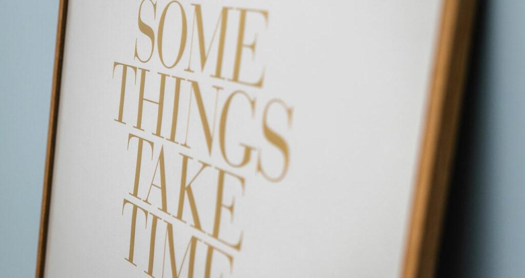 quadro com frase para acalmar  branco com dourado