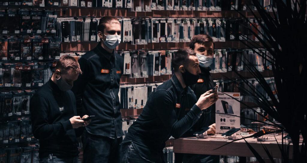 vendedores em loja de acessórios para smartphone