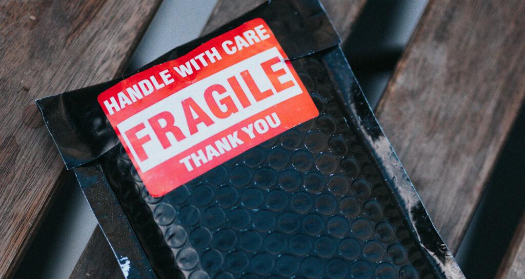 pacote de película para colocar no celular preto com aviso