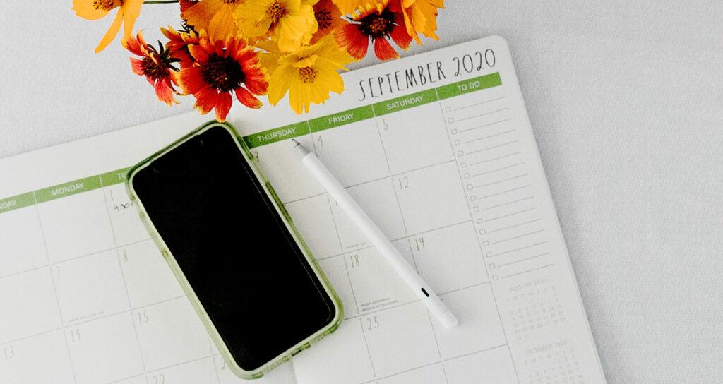 iphone em mesa com calendario